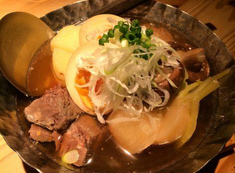 肉おでんと日本酒で秋の気配。気のいい店員さんに気のいい飲ん兵衛たちが集まる。@アカベコ(中目黒)