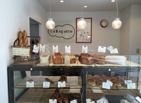 食事に合うバゲットが得意のプロ向けパン屋さん。奥は24時間稼働のパン工房。@ラ・バゲット(新宿5丁目)
