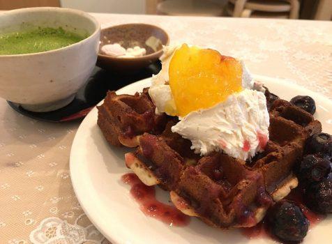 グルテンフリーなワッフルとチーズケーキ。手作り感がほっとする。@あーとカフェ 笹峯ぎゃらり(幡ヶ谷)