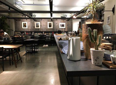 設計事務所の中にある食堂。社員さんがいる中でいただくイマドキ定食。@社食堂(代々木上原)
