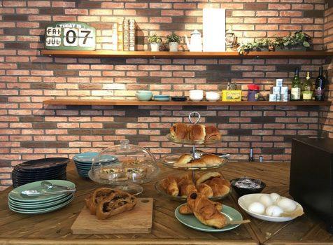 オープンしたてのゲストハウス内にあるカフェ。手作り感のあるアットホームな雰囲気。@テントテン サッポロステーション