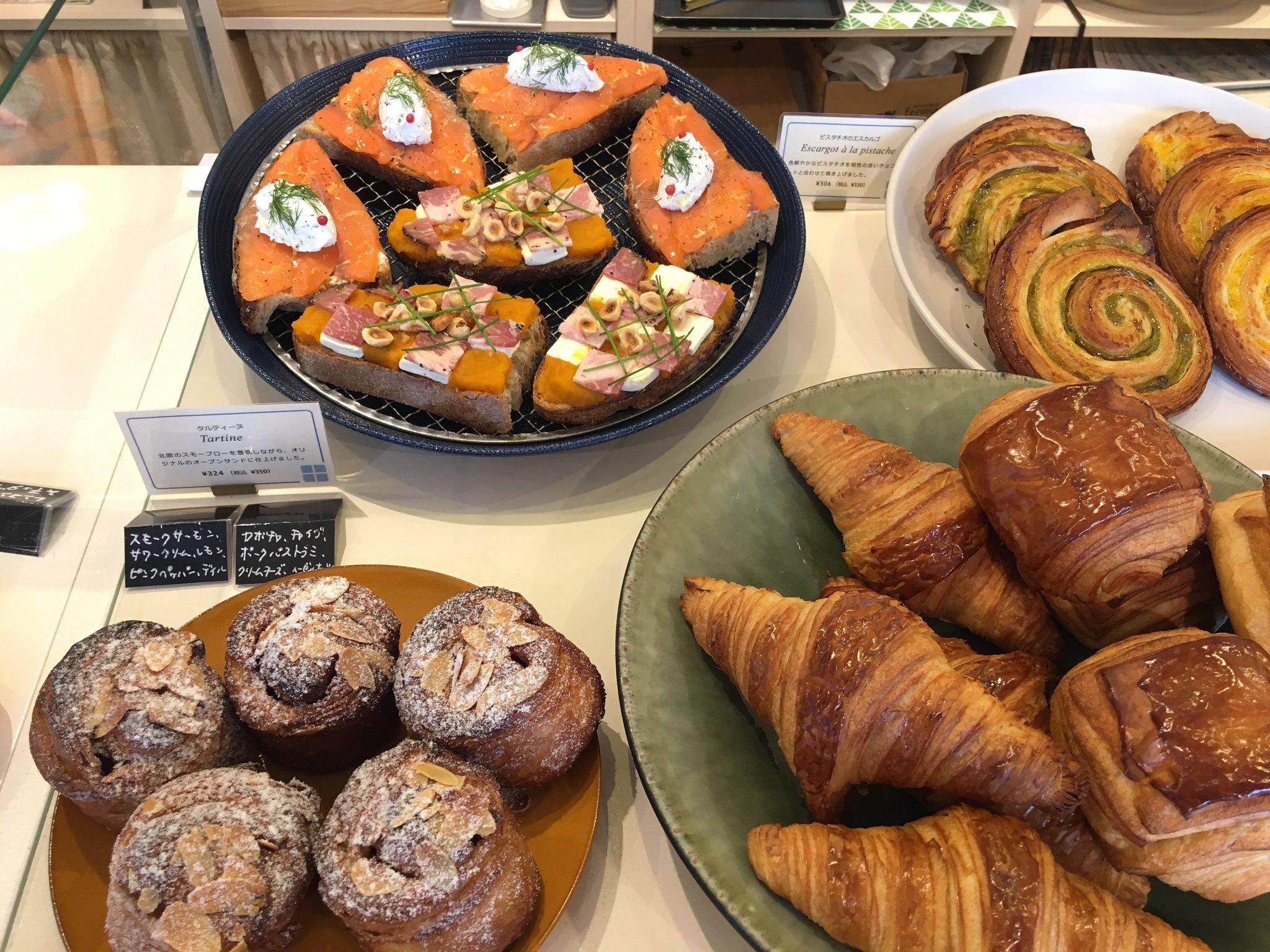 【赤羽橋】ブーランジュリー・コメット@ブルーの外観にかわいい店内。パンは本格的で美味しい。